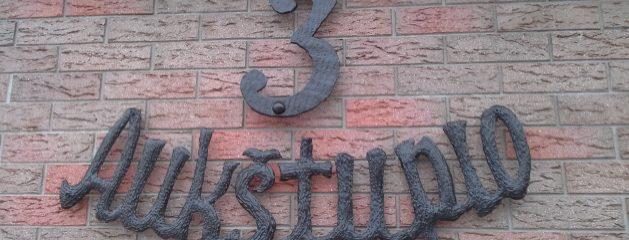 Kalviškas gatvės užrašas, namo numeris